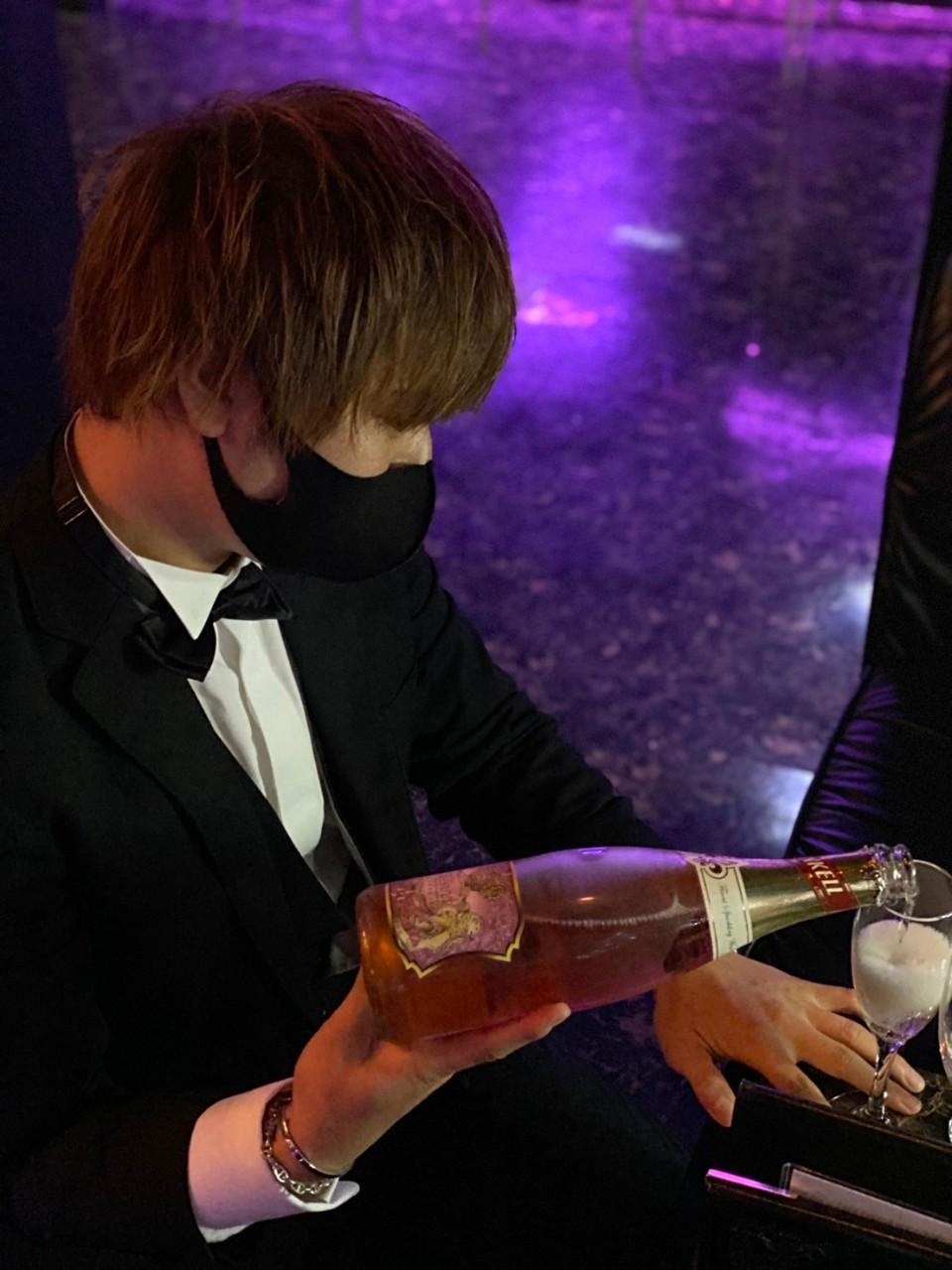 シャンパンを注ぐ七瀬椿
