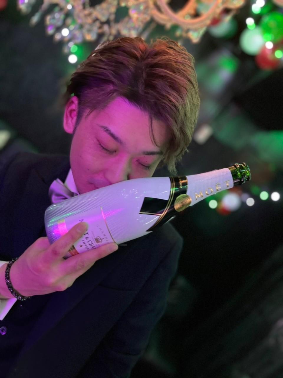シャンパンにキスする陽向