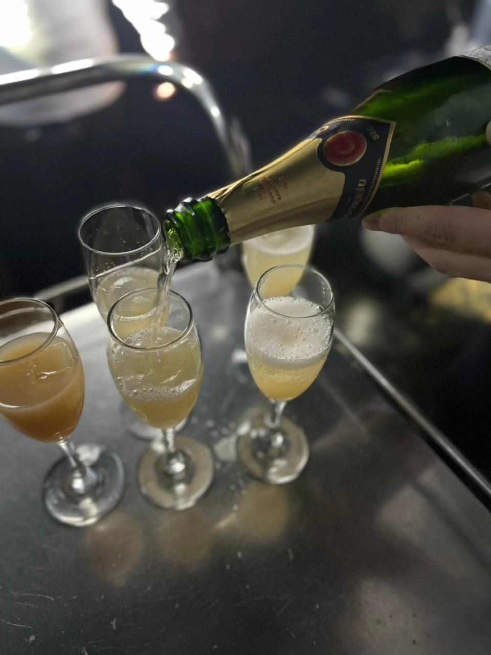 シャンパンをグラスに注ぐ