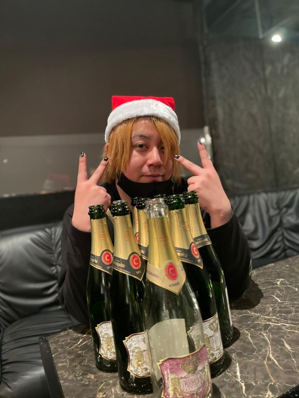 シャンパンとピースする李亜