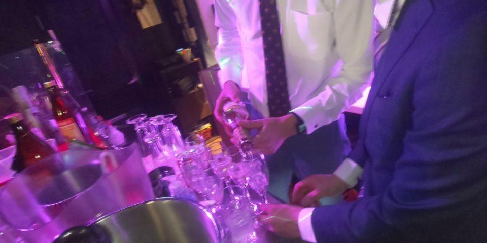 シャンパンを注ぐ瑛斗