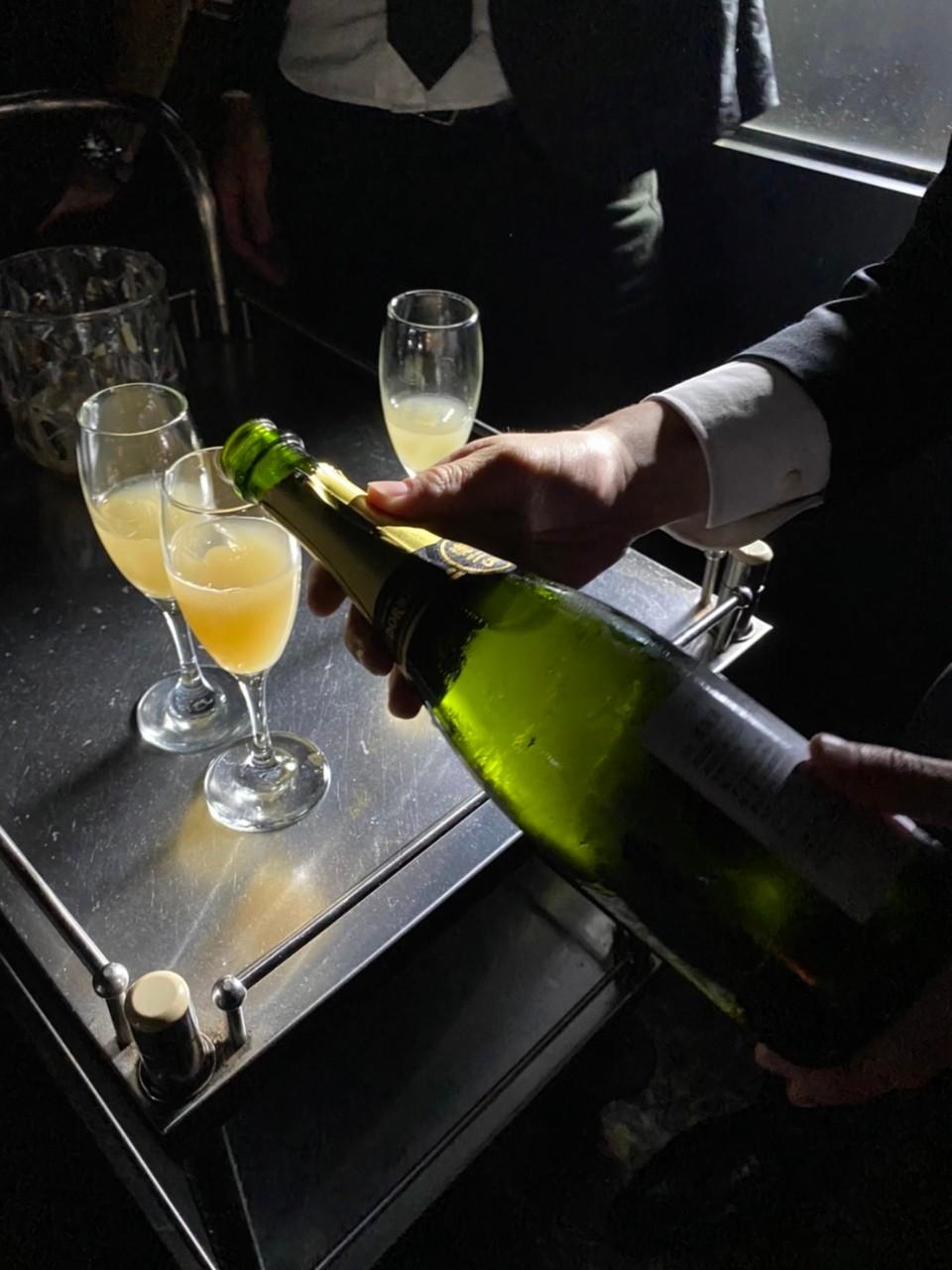 注がれるシャンパン